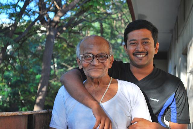 Gelukkige, gezonde en gedisciplineerde opa met blije zoon. Bron: Flickr, mynameisharapasha