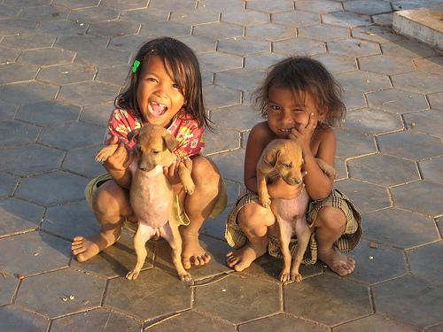 Twee blije Cambodjaanse zusjes. Bron: Flickr, paularps
