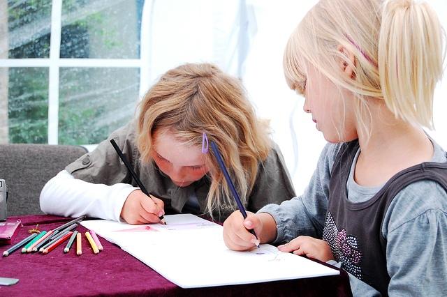 Tekenende meisjes. Bron: Flickr, ElenahNescuet
