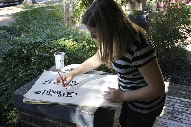 Oosters kalligraferen betekent aandachtig symbolische boodschappen penselen, terwijl al doende de betekenis tot je doordringt. Zo werkt esoterie ook. Bron: Flickr, Justin Ruckman