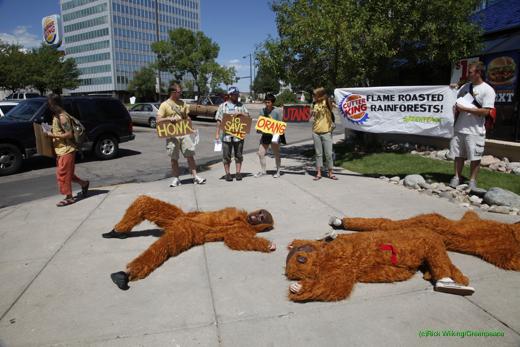 Activisten in orang-oetanpakken voor een Burger King vanwege het gebruik van palmolie. De productie daarvan 'vreet' regenwoud. Bron: Greenpeace USA 2013, Flickr